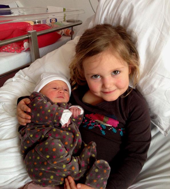 Alix in de armen van grote zus Louise