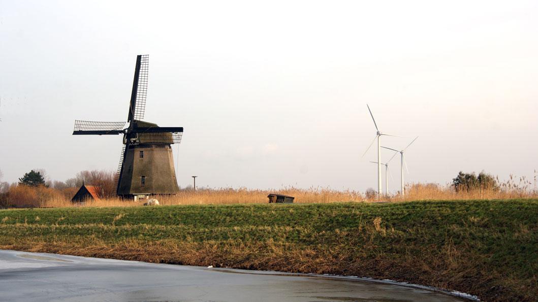 Gezicht op de windmolens van Heerhugowaard, vanuit Alkmaar