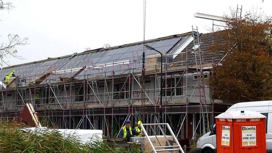 Renovatie 50 huurwoningen in Heerhugowaard: een goed geïsoleerde extra schil.