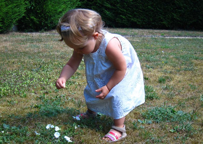 Louise plukt bloempjes uit het groen