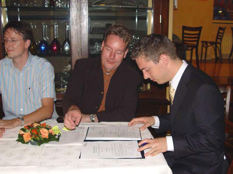Michiel controleert zijn diploma vóór hij hem tekent