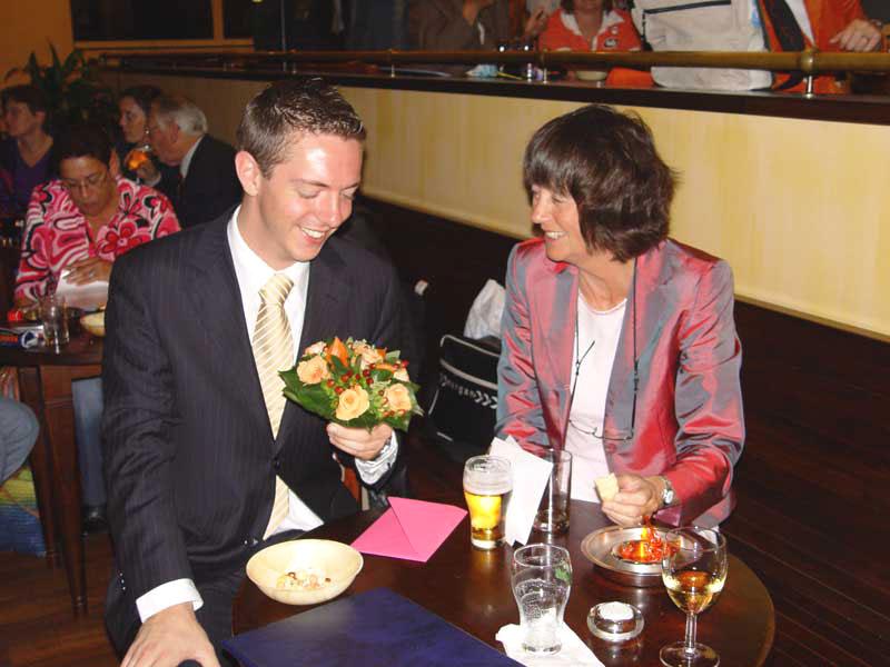 Michiel ontvangt de felicitaties van zijn moeder
