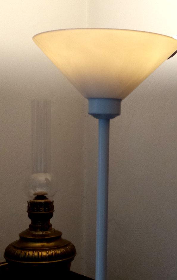 Uplight met LED naast olielamp van vroeger thuis...