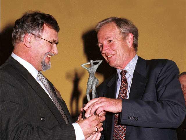 Jan Terlouw reikt E-Award uit aan weth. Wim Boekel