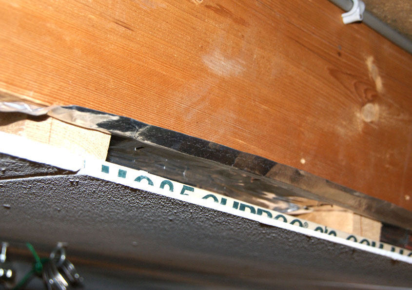Een dichte dampremmende laag aan de binnenkant van de isolatie