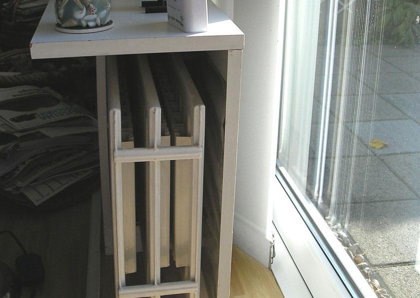 radiator met scherm en vensterbank, de warmte gaat richting woonkamer