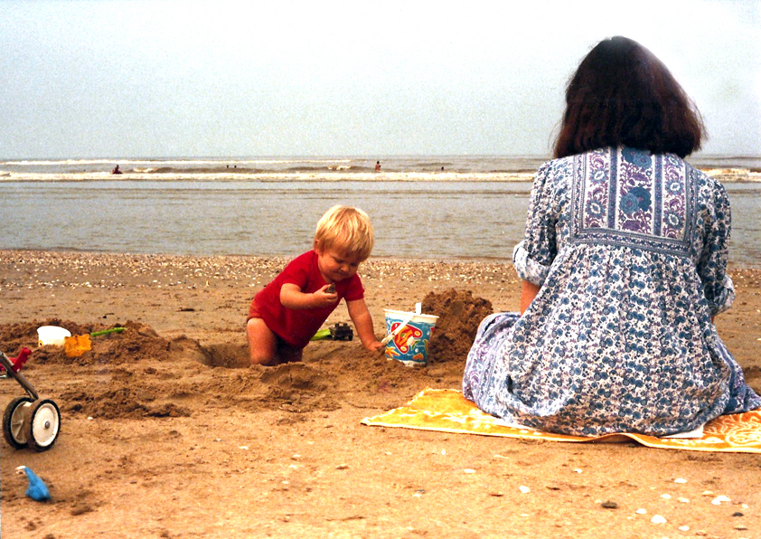 Met Matthijs op het strand, enkele dagen voor de geboorte van Michiel.