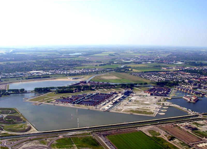 Luchtfoto 10 juni 2006: Nog volop aan het werk.