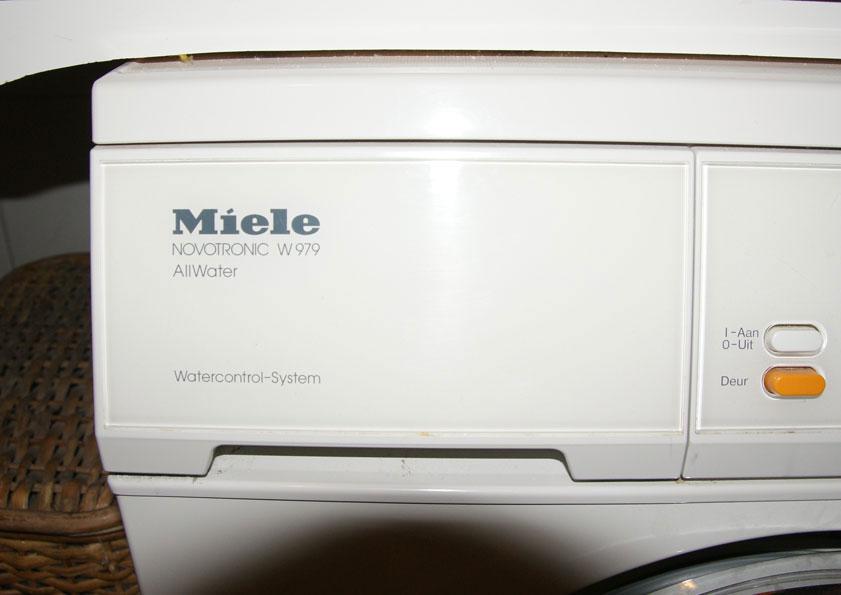 De wasmachine kiest zelf warm of koud water. Hij is aangesloten op warm en koud waterleiding