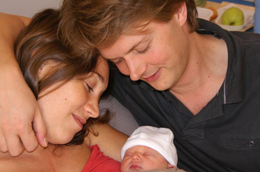 Louise met haar trotse ouders op de dag van de geboorte in Saintes (Fr)