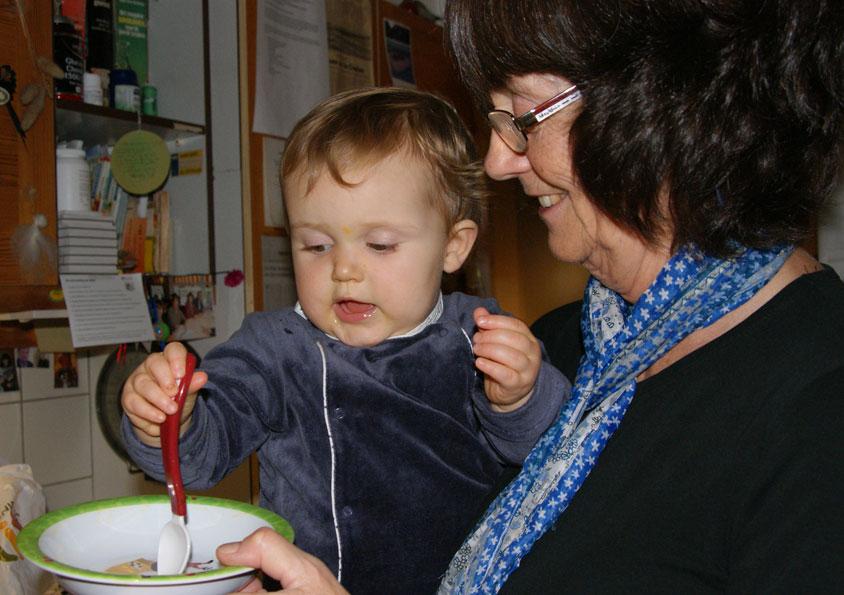 Marian met Louise in de keuken. Eten is belangrijk!