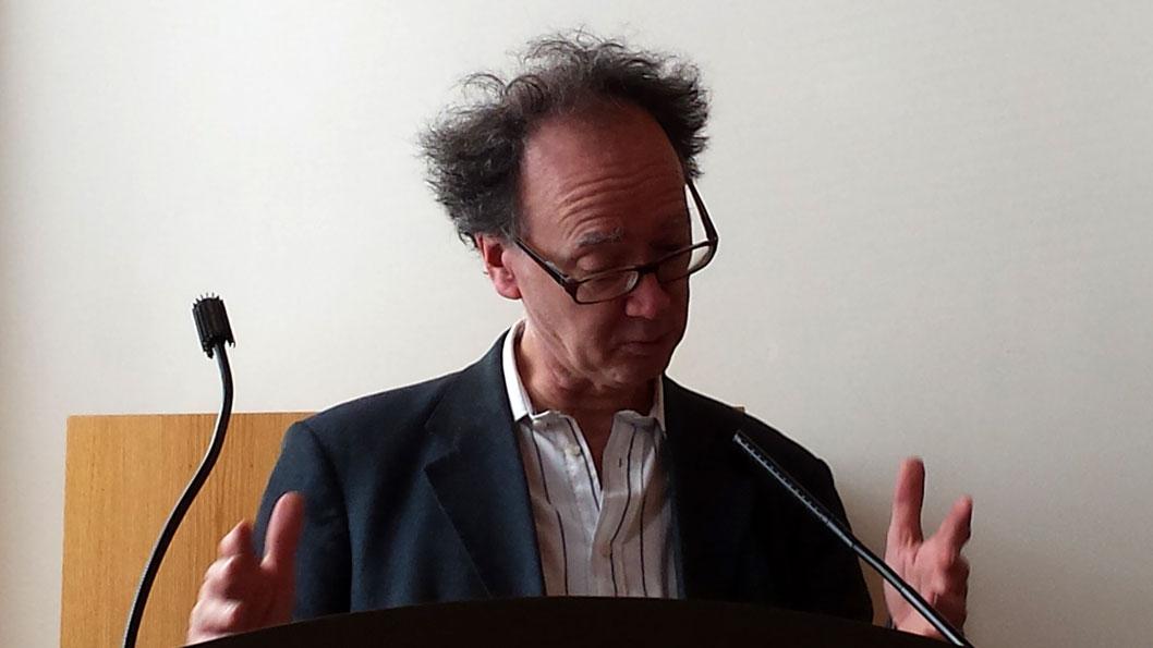 Prof leest brief Petra Brouwer voor