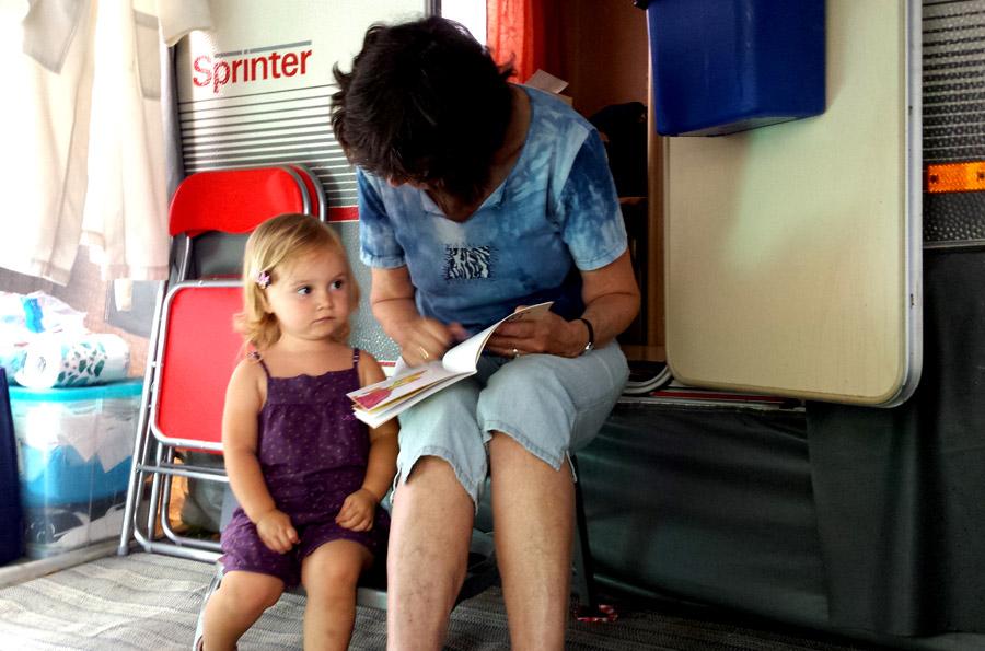 Oma leest Alix voor